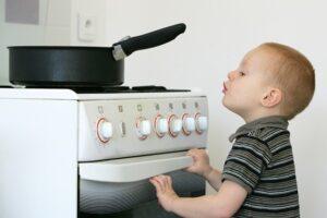 enfant risque de percuter un objet dangereux